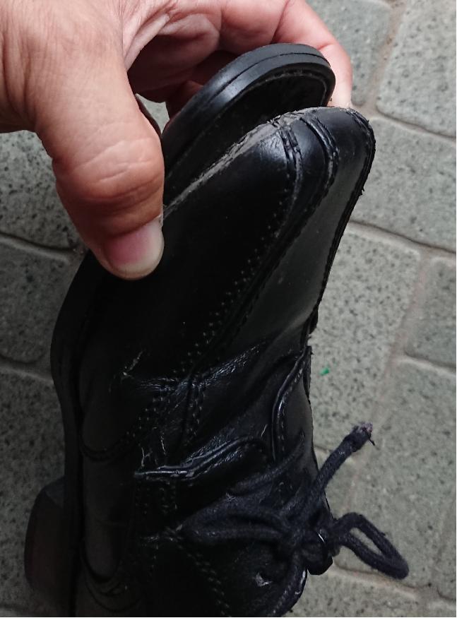 靴の先の部分が剥がれている。